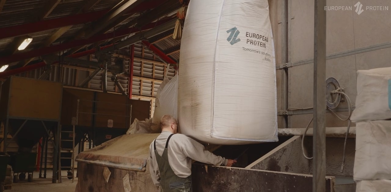 An image of a home mixer opening af big bag of the functional protein EP199 for hos sow herd
